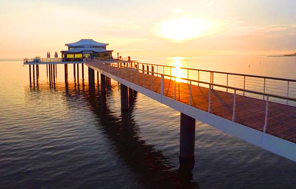 Am Ende der rund 100 Meter langen Seeschlösschenbrücke am Timmendorfer Strand steht ein japanisches Teehaus. (Foto: djd)