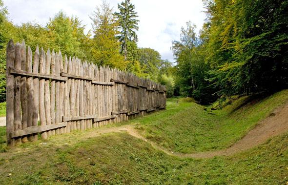Auf dem Taunuskamm ist der Obergermanisch-Raetische Limes teilweise noch gut sichtbar. Er war vom 1. bis zum 3. Jahrhundert n. Chr. die äußerste Grenze des Römischen Reichs. (Foto: djd)