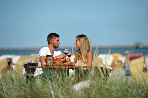 Am Strand von Grömitz ist genügend Raum für vertraute Zweisamkeit. (Foto: djd)