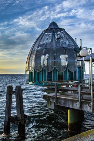 Am Kopf der Seebrücke geht es per Tauchgondel in die faszinierende Unterwasserwelt der Ostsee. (Foto: djd)