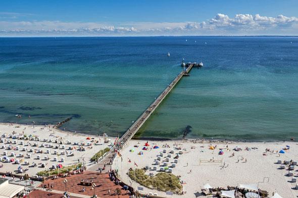 Beliebter Treffpunkt in Grömitz ist die Seebrücke, die fast 400 Meter ins Meer hineinragt. (Foto: djd)