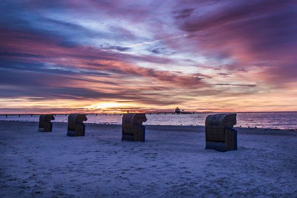 So stiumungsvoll kann die Ostsee sein: Sonnenaufgang in Grömitz. (Foto: djd)