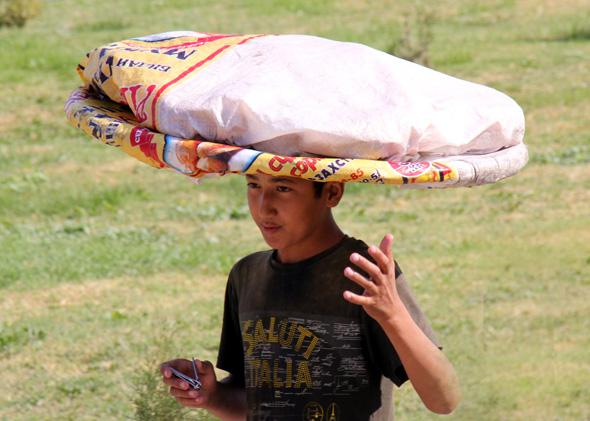 Gerne werden größere Lasten in Usbekistan auch auf dem Kopf transportiert. (Foto Karsten-Thilo Raab)