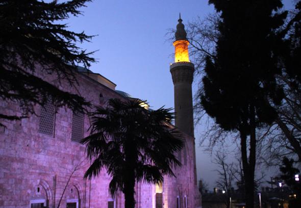 Eine der Sehenswürdigkeiten von Bursa: die Ulu Cami Moschee, die nach Einbruch der Dunkelheit farbig illuminiert wird. (Foto Karsten-Thilo Raab)