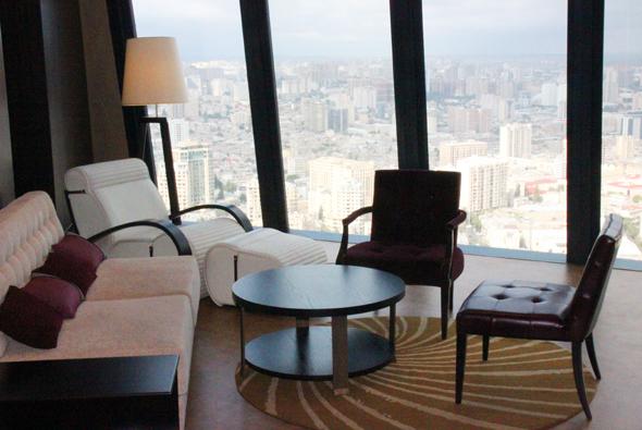 Großzügige Suiten mit beeindruckenden Panoramablicken stehen im Fairmont Baku zur Verfügung. (Foto Karsten-Thilo Raab)