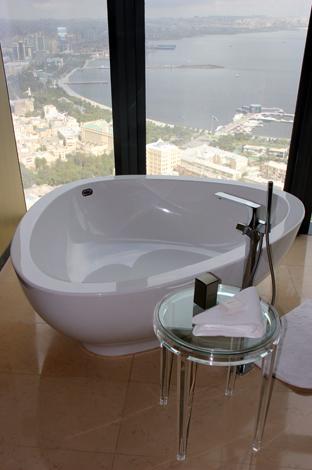 Im Fairmont Baku lässt sich ein Bad mit Blick auf das Kaspische Meer genießen. (Foto Karsten-Thilo Raab)