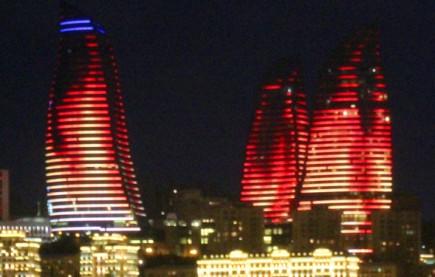 Nachts prächtig illuminiert: Die Flame Towers in Baku. (Foto Karsten-Thilo Raab)