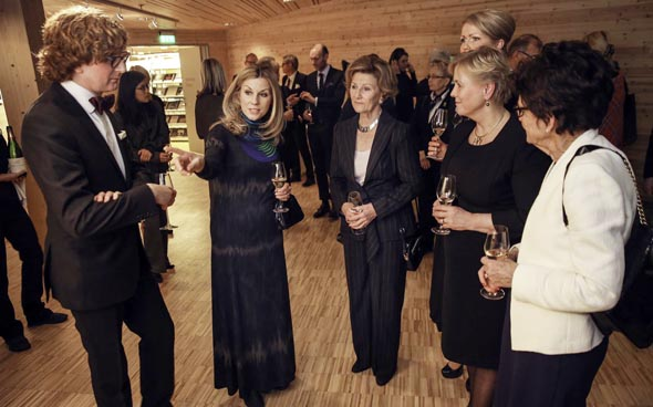 Stießen gemeinsam auf das neue Museum an: Königin Sonja mit Museumsdirektor Knut Ljøgodt (ganz links) und Norwegens Kulturministerin Thorild Widvey (2.v.r.). (Foto Yngve Olsen Sæbbe)