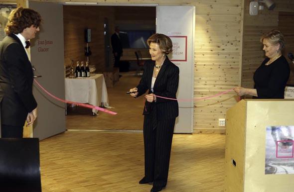 Mit einem gekonnten Scherenschnitt eröffnete Königin Sonja symbolisch die neue Kunsthalle Svabard. (Foto Yngve Olsen Sæbbe)