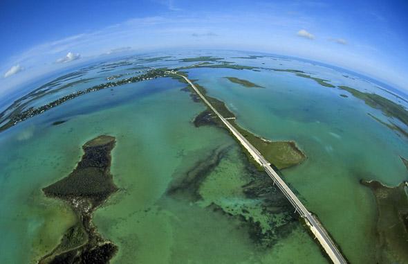 Auch aus der Vogelperspektive ein Traum: Die Florida Keys, die wohl längste und schönste Sackgasse der Welt. (Foto Andy Newman)