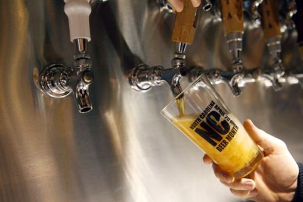 """Nicht nur im April, der zum """"Beer Month"""" auserkoren wurde, fließt in North Carolina das Bier in Strömen. (Foto Visit NC)"""