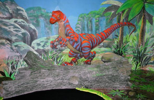 Poppige Dinosaurier hüpfen scheinbar über die Wände des Schwarzlichtviertels. (Foto Karsten-Thilo Raab)