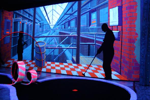 Perfekt für alle, die einmal in etwas anderer Atmosphäre Minigolf spielen wollen: das Schwarzlichtviertel. (Foto Karsten-Thilo Raab)