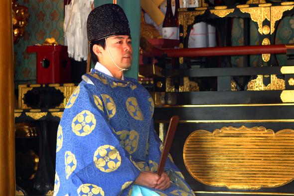Die Begegnung mit Shinto-Priestern ist beim Besuch von Tempelanlagen auch in Hokuriku vorprogrammiert. (Foto Karsten-Thilo Raab)