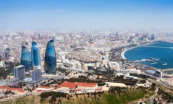 Überragt wird die Skyline von Aserbaidschans Hauptstadt Baku von den drei Flame Towers. (Foto Wikipedia)