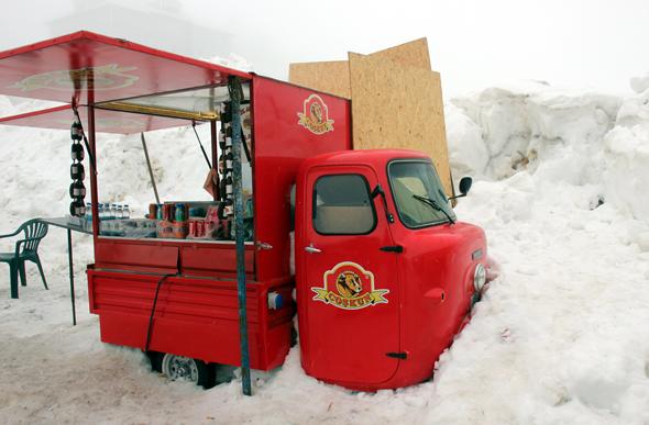 """""""Schnee satt"""" verschont in Uludağ auch diese ungewöhnliche Imbissbude nicht. (Foto Karsten-Thilo Raab)"""