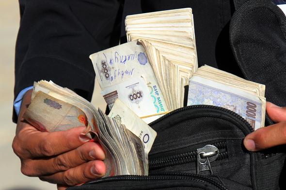 Taschen voller Geld sind in Usbekistan normal. Nur oft sind die Scheine kaum etwas wert. (Foto Karsten-Thilo Raab)