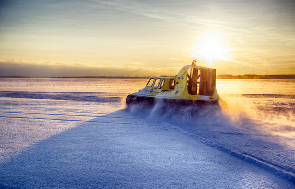 Rasantes Abenteuer in Schwedisch Lappland: die Fahrt mit einem Luftkissenboot über Eis und Schnee.