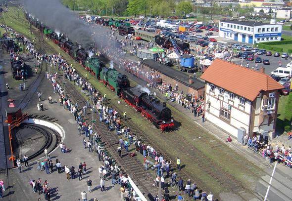 Insbesondere bei der Dampflok-Parade kommen Eisenbahn-Liebhaber im polnischen Wolsztyn auf ihre Kosten. (Foto Wojtek Lis)