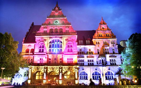 Festlich illuminiert präsentiert sich die Bielefelder Altstadt zu zahlreichen Festen. (Foto: djd)