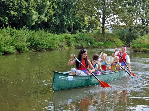 Auch ungeübte Kanuten können die langsam fließende Altmühl gut bewältigen. (Foto: djd)