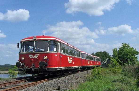 Die markanten roten Wagen sind bis Anfang Oktober samstags, sonntags und feiertags auf den 99 Gleiskilometern zwischen Bremen, dem Teufelsmoor und Stade unterwegs. (Foto: Torsten Klose)