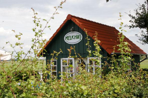 Die markanten dunkelgrünen Melkhüs mit ihrem rotem Dach öffnen von Mai bis September täglich ihre Ladentheken für Fahrradfahrer und Ausflügler. (Foto: djd/)