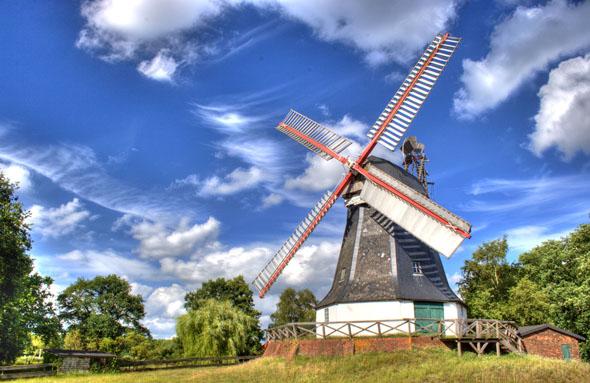 Die Worpsweder Mühle ist eines der Wahrzeichen des Teufelsmoors. Nach aufwendiger Restaurierung ist sie wieder voll funktionstüchtig und bei günstigem Wind drehen sich ihre Flügel wie in alter Zeit. (Foto: djd)