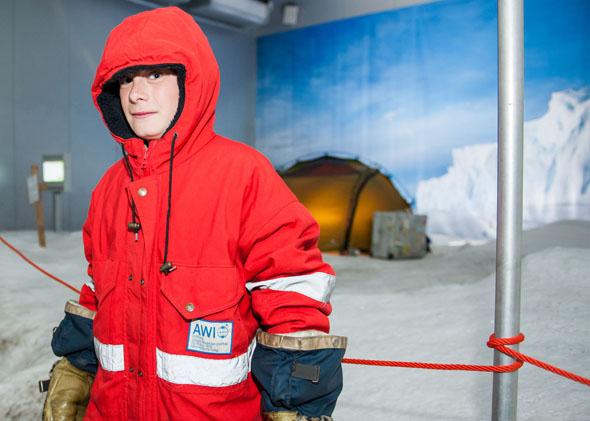 """Willkommen in der Antarktis - eine Eislandschaft empfängt die Besucher des """"Klimahauses"""" auf der südlichsten Station ihrer virtuellen Weltreise. (Foto: David Farcas)"""