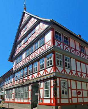 Historische Fachwerke sind Schätze, die bewahrt werden müssen - hier eine Impression aus Osterode am Harz. (Foto: djd)
