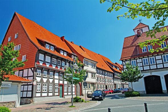 In diesem Bereich der Unteren Neustadt von Osterode lebten früher die Ackerbürger, deren Felder und Wiesen vor den Toren der Stadtmauer lagen. (Foto: djd)
