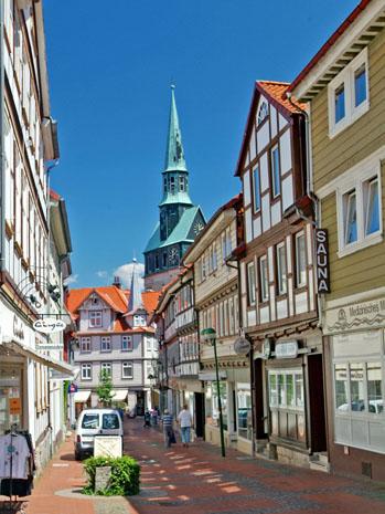 Mittelpunkt der historischen Altstadt ist die St. Aegidienkirche, die unter anderem die Grabplatten der letzten Herzöge von Braunschweig-Grubenhagen und deren Ehefrauen beherbergt. (Foto: djd)
