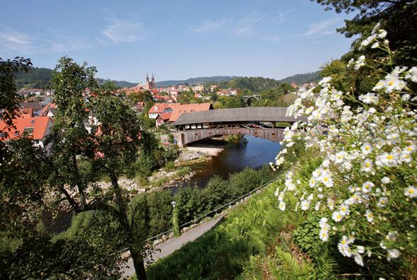Das Wahrzeichen von Forbach ist die Holzbrücke über die Murg. (Foto: djd)