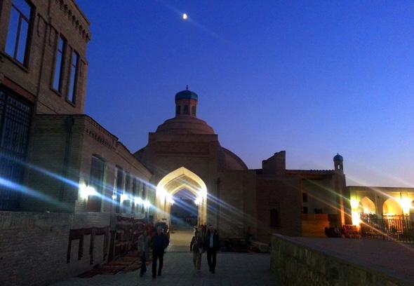 Abendstimmung an einem der überdachten Basara von Bukhara. (Foto Karsten-Thilo Raab)