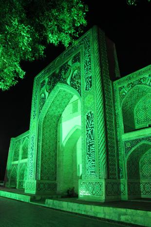 Allabendlich prächtig illuminiert: Die Nodir Devon Medresse in Bukhara. (Foto Karsten-Thilo Raab)