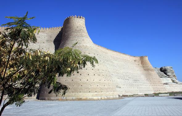 Direkt im Herzen von Bukhara gelegen: die mächtige Zitadelle. (Foto Karsten-Thilo Raab)