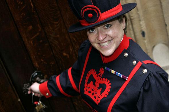Moira Cameron ging in die Geschichte des Towers als erster weiblicher Beefeater ein. (Foto: HRP/Max Coope)