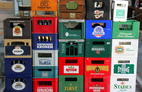 Stabelweise erinnern die Kisten an jene Zeit, als Dortmund Europas Bierhauptstadt war. (Foto Karsten-Thilo Raab)