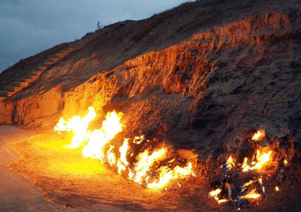 In den Abendstunden leuchten überall im Land Feuer.
