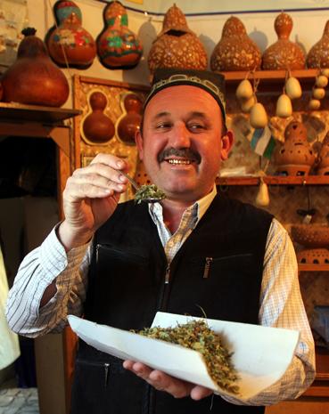 Teehändler im überdachten Basar von Bukhara. (Foto Karsten-Thilo Raab)