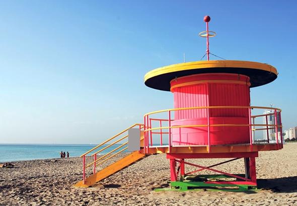 An öffentlichen Pools, Parks, Strandzugängen und den typischen Rettungshäuschen installiert Miami Beach 50 kostenlose Sonnenschutz-Spender und leistet damit einen Beitrag zur Reduzierung des Hautkrebsrisikos. (Foto GMCVB)