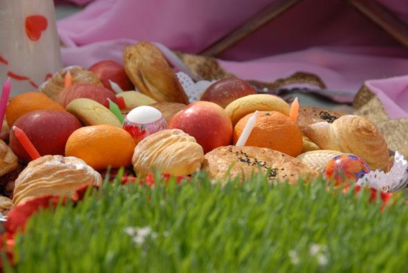 Fester Bestandteil des Novruz-Festes ist ein Teller mit Obst und Gebäck.