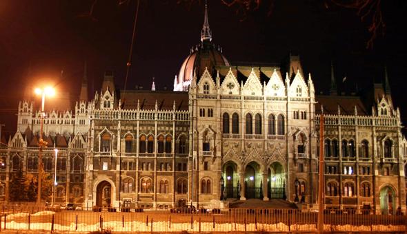 Kann dreimal täglich im Rahemn deutschsprachiger Führungen erkundet werden: das ungarische Parlamentsgebäude in Budapest. (Foto Karsten-Thilo Raab)