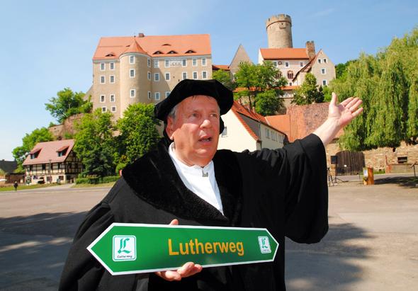 """Martin Luther (alias Norbert Hein) freut sich auf die Eröffnung des """"Lutherweg in Sachsen"""" am 27. Mai 2015 in Döbeln. (Foto Andreas Schmidt)"""