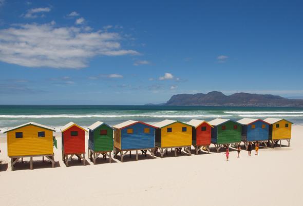 Strandidylle am Muizenberg Beach in der Provinz Western Cape.