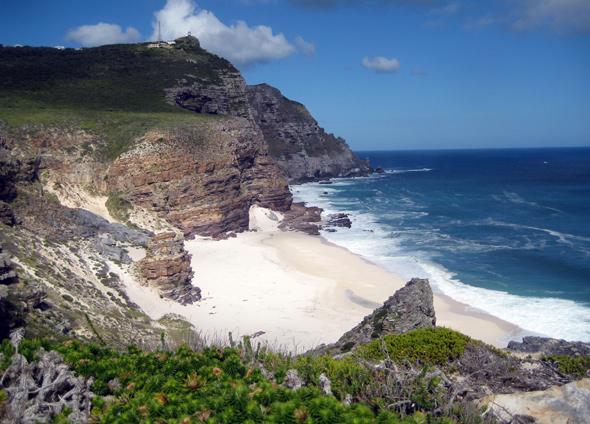 Versteckte Strandschönheit: der Diaz Beach mit Cape Point im Hintergrund,