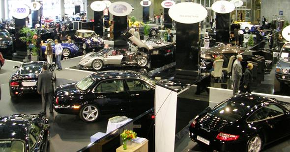 Luxuskarossen aller Marken werden in Monaco beim Top Marques heiß gehandelt und können Probe gefahren werden.
