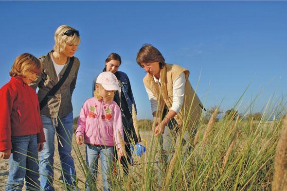 Natur hautnah erleben: Eine Wanderung durch die abwechslungsreiche Dünenlandschaft ist ein Erlebnis für die ganze Familie. (Foto: djd)