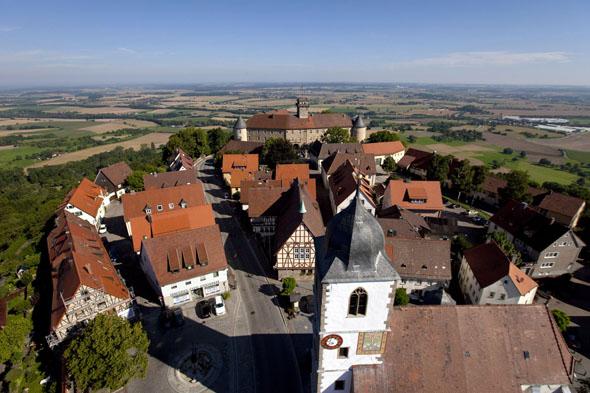 Waldenburg: Vom höchsten Ausblickpunkt des Hohenlohekreises hat man einen weiten Blick auf die Hohenloher Ebene. (Foto: djd)