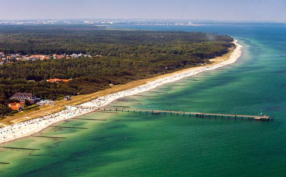 Weißer Strand, Wälder und Meer, soweit das Auge reicht. Die 350 Meter lange Seebrücke ist ein Wahrzeichen von Graal-Müritz. (Foto: djd)